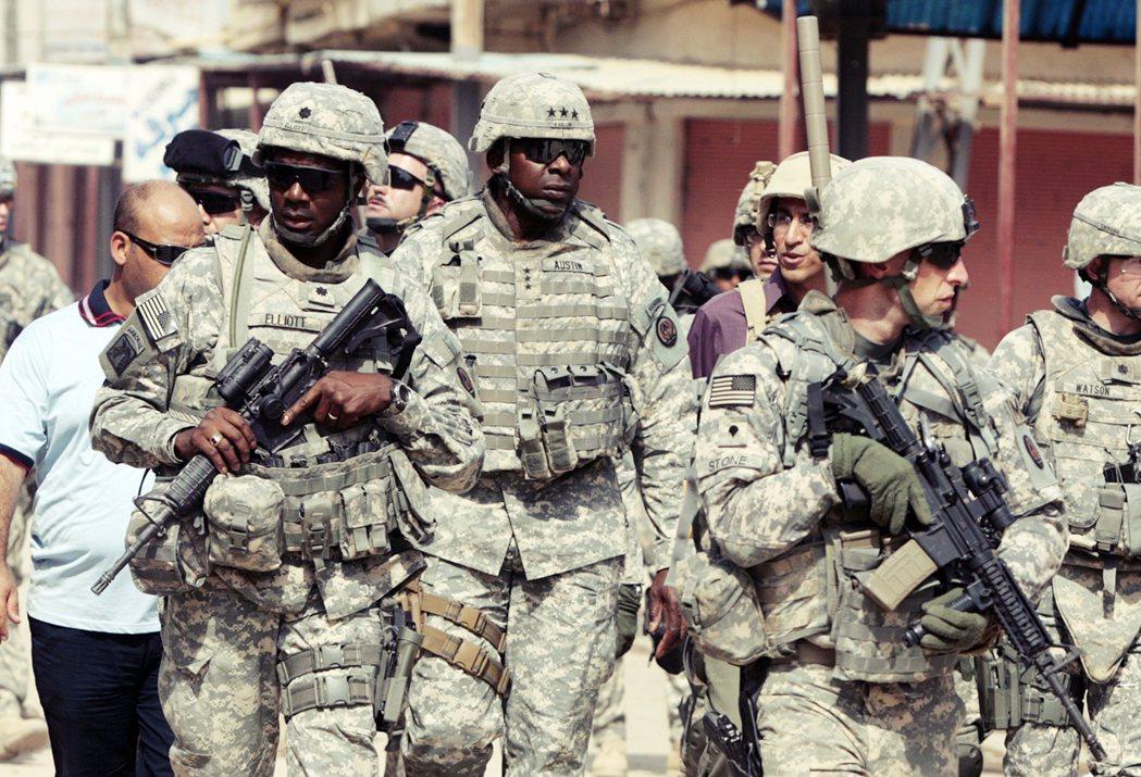 奧斯丁(圖中央)2008年於巴格達。 圖/法新社