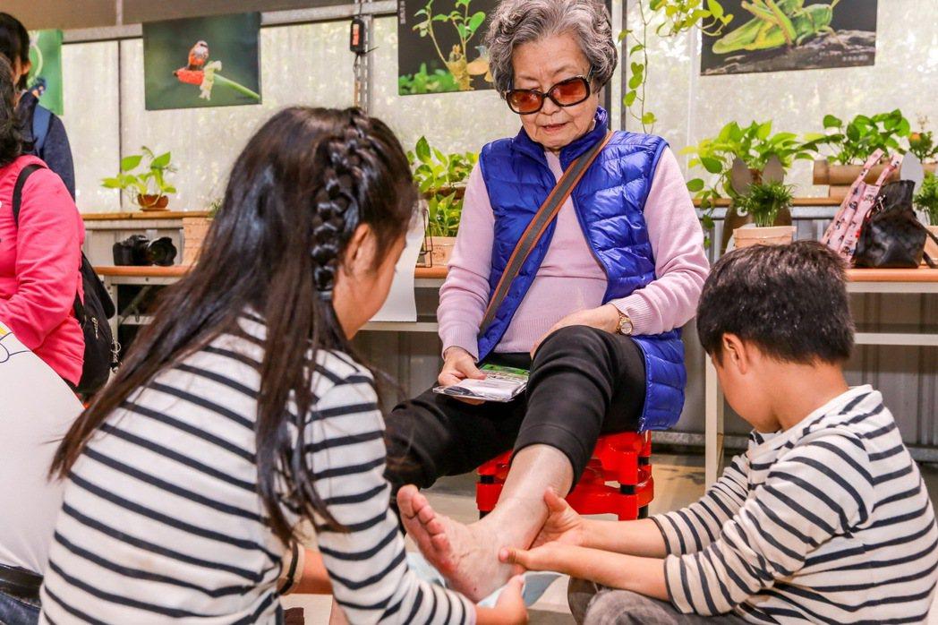 為爺奶洗腳盡孝添福氣,是孩子最好的身教。 圖/裕隆集團提供