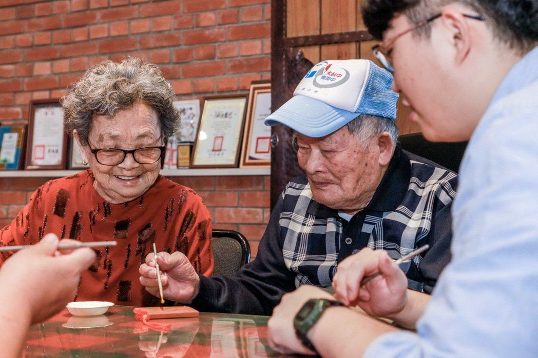裕隆員工牽著母親的手在彰化花壇橋頭社區,體驗古早製磚風情、中國結磚瓦描金。 圖/...