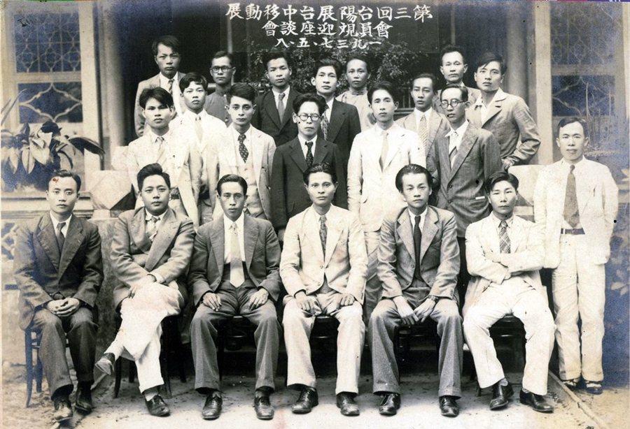 張深切等台灣留日學生受《金色夜叉》影響甚深。圖為1937台陽展台中移動展合照,後立者右起第五位為張深切。 圖/維基共享、巫永福文化基金會