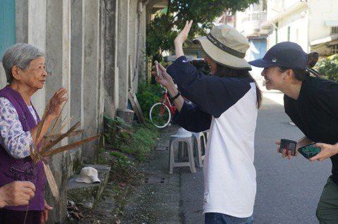 年輕世代來到豐田為阿嬤們拍攝MV上表演課。 圖/豐田移創所提供