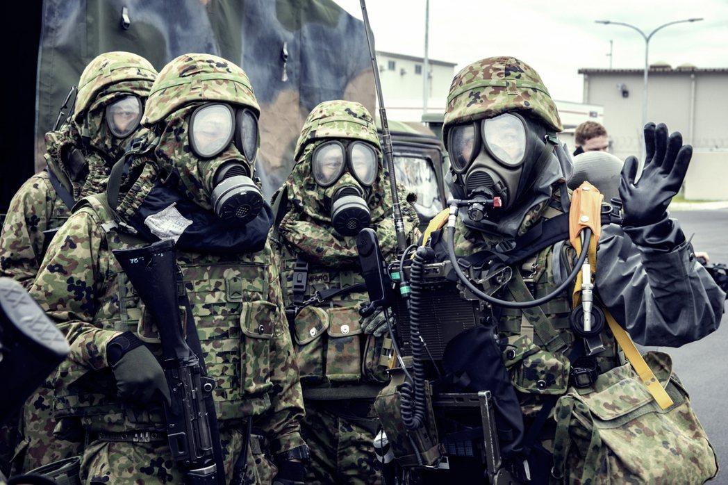 2017年山口縣岩國基地,日本自衛隊(圖)-駐日美軍的聯合核生化演習。 圖/美國...