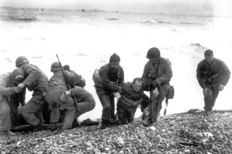 區肇威/戰史經典作《最長的一日》:讓戰火下的士兵活在文字間