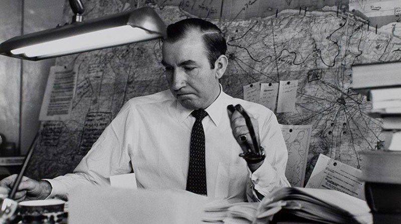 雷恩寫作《最長的一日》。背後為諾曼第地圖,上面的標記為被訪者的出現位置。 圖/燎原出版提供