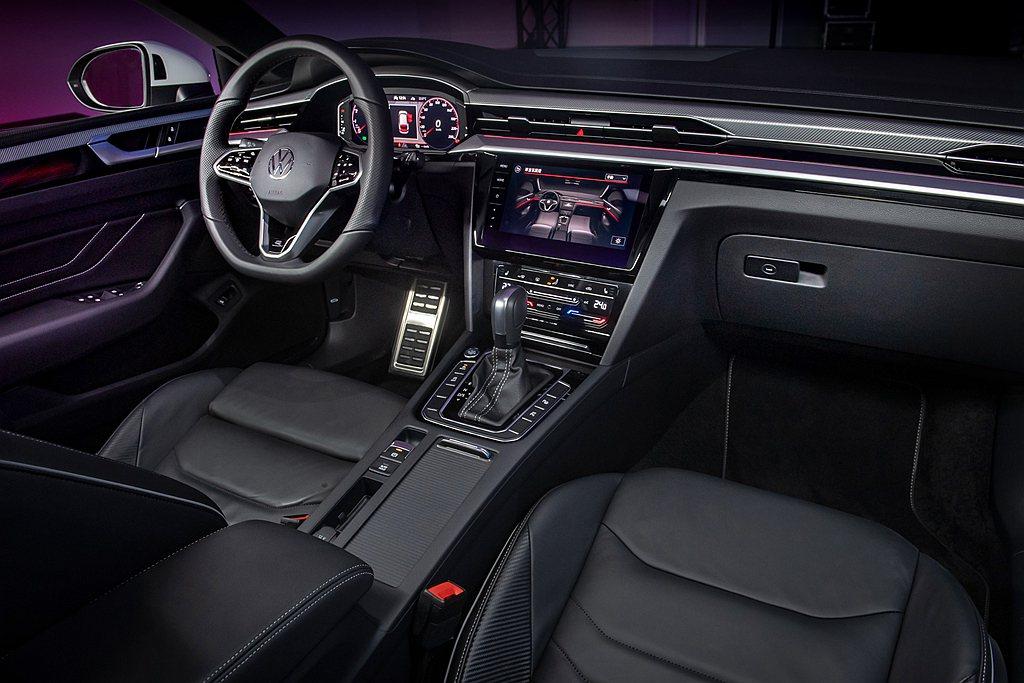 車室除了Silver Rise鋁質飾板,還搭配Nappa真皮豪華舒適座椅、大面積...