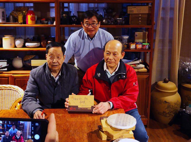 中華普洱茶交流協會理事長許怡先(中)、海灣茶廠創辦人的鄒炳良(左)及兩岸普洱茶大...