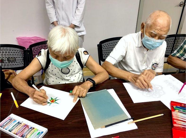 照顧者78歲的阿慧阿姨(左)與被照顧者90歲失智的先生參與奇美醫學中心辦理的紓壓...