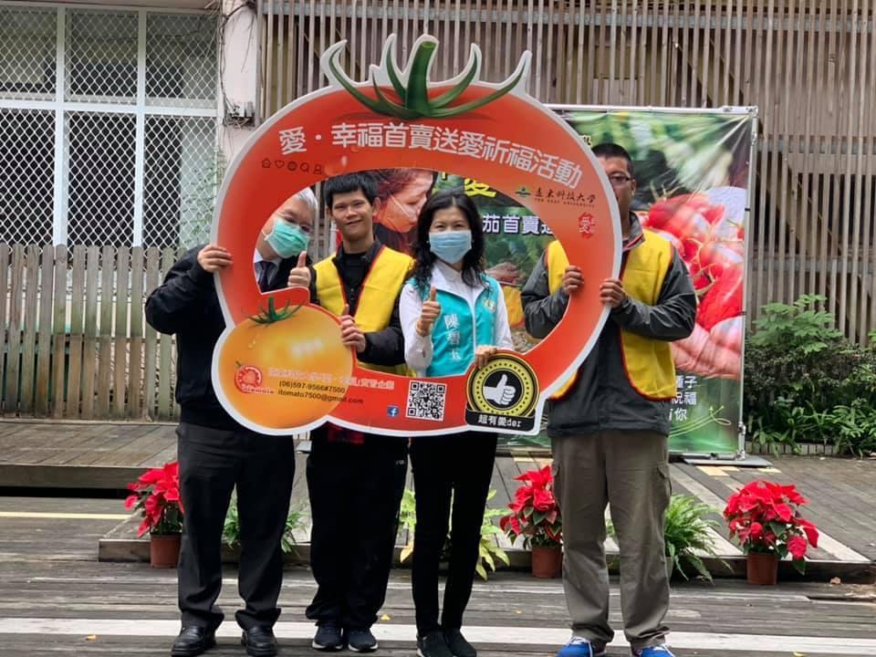 陳碧玉議員率先出手,標下首組農產品。 遠東科大/提供。