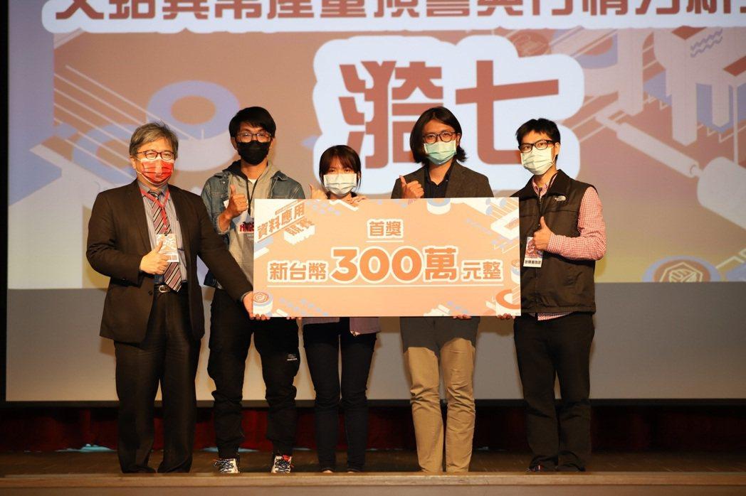 「漪七團隊」文蛤智慧養殖系統,勇奪科技部300萬獎金。國家災害防救科技中心/提供