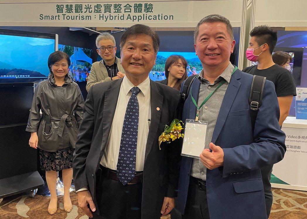 交通部次長祁文中(左)與中華智慧運輪協會副理長孫瑀(右)合照。