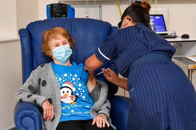 英國今天領先全球施打新冠肺炎疫苗,頭香由90歲老婦人基南(Margaret Keenan)搶下。圖/法新社