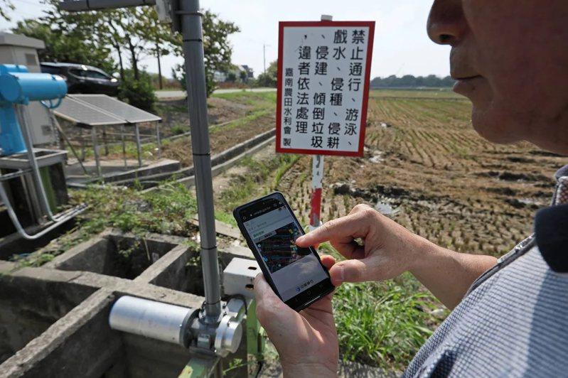 過去水庫放水到農田,掌水工須親自巡視、掌握關水門時機,如今用app即可精準操作。 (王建棟攝)