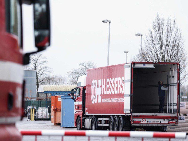 一輛貨櫃車停在比利時皮爾斯鎮的輝瑞藥廠,準備載運新冠疫苗到英國。法新社