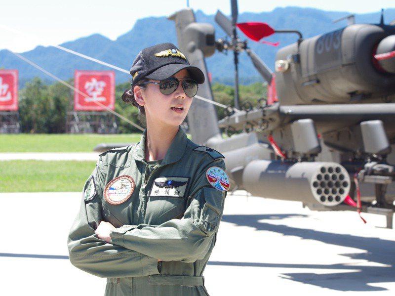楊韻璇與AH-64。圖/聯合報系資料照片