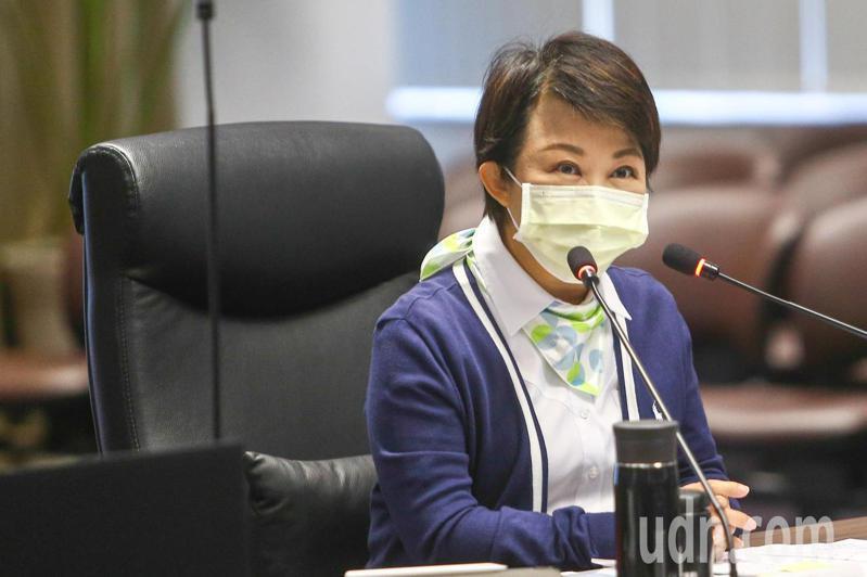 秋冬防疫專案於本月一日上路,台中市長盧秀燕在市政會議上表示,若有民眾違反防疫規定,屢勸不聽將會開罰。記者黃仲裕/攝影