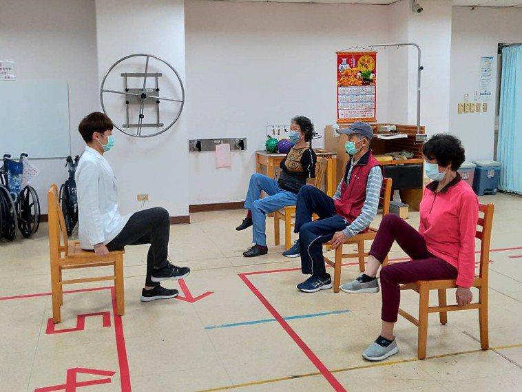 台中榮總埔里分院針對骨鬆症患者開辦「骨質疏鬆運動班」。圖/台中榮總埔里分院提供