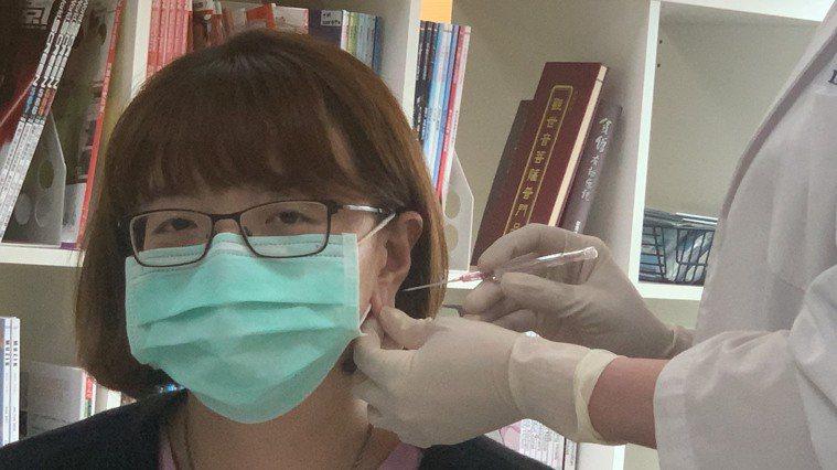 大同醫院整形外科主治醫師賴雅薇提醒愛美的人,穿耳洞最好還是在醫療院所進行,使用無...