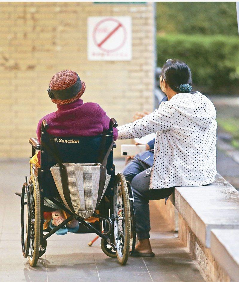 疫情讓看護工逃跑率高的問題再度浮上檯面。圖/本報資料照片