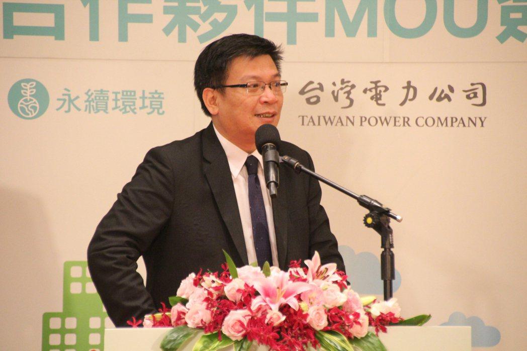 經濟部次長曾文生說,政府對於國際加入淨零碳排目標非常重視,目前都還在觀察其他國家...