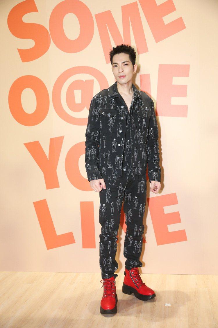 蕭敬騰把MOSCHINO秋冬5個口袋的工裝外套二件不同尺寸疊穿,手繪人像圖騰帶著...