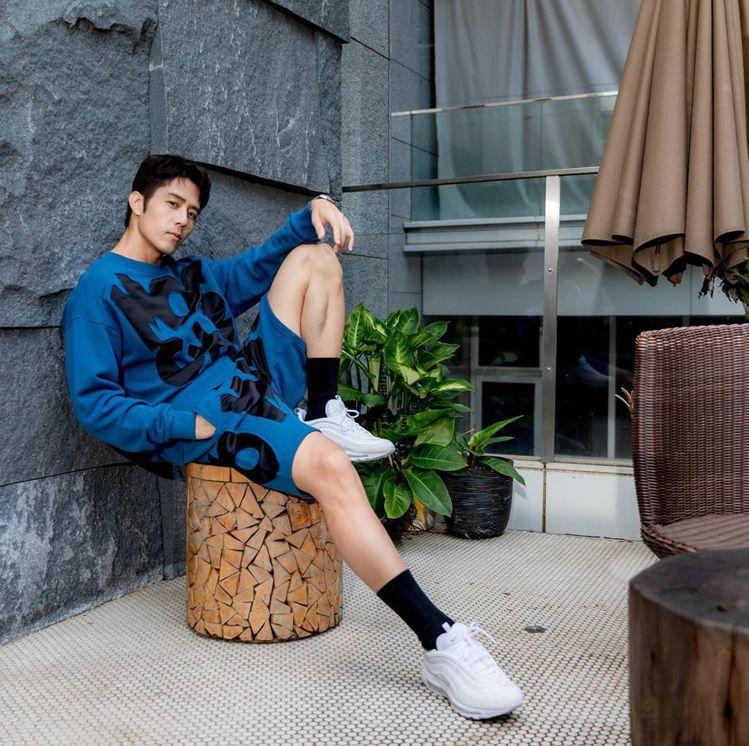 胡宇威選穿MOSCHINO剪貼Logo休閒服,短褲造型看起來更年輕有型。圖/MO...
