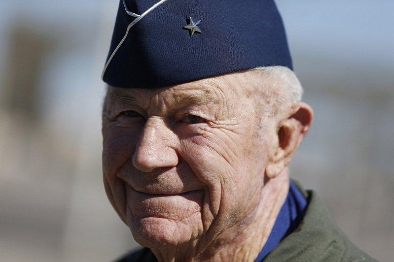 美國二戰空戰王牌、美國空軍試飛官與有史以來第一位締造超音速飛行的傳奇飛行員葉格9日過世,享壽97歲。美聯社