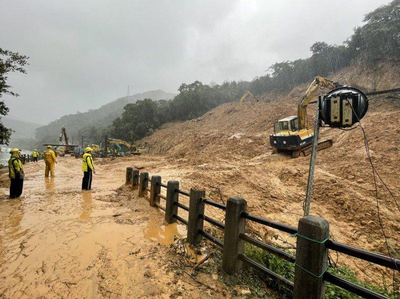 瑞芳-猴硐間事發地點處因連日豪雨發生邊坡滑動,造成東西正線路線不通,台鐵局人員搶通中。圖/台鐵局提供