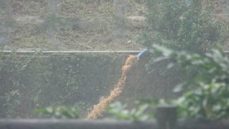 台鐵持續清運猴硐軌道邊坡崩塌土方,並動用1台抽水機將工區積水排入基隆河。記者邱瑞杰/攝影