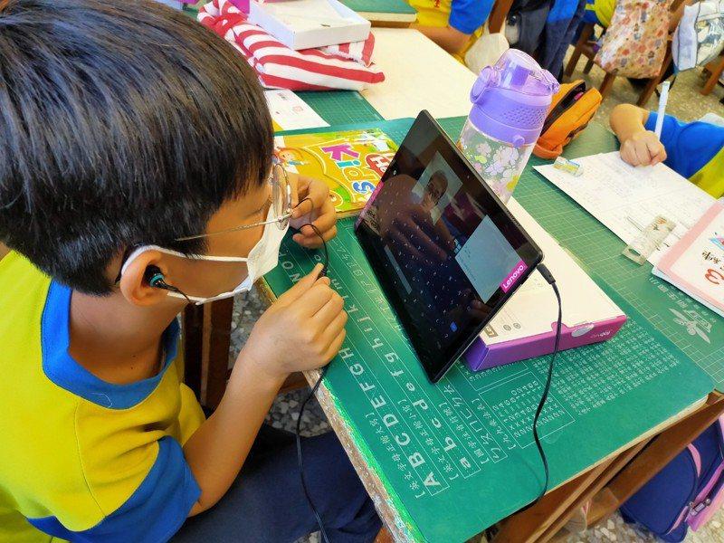 彰化縣二林鎮新生國小學童使用平板上線學美語。圖/新生國小提供