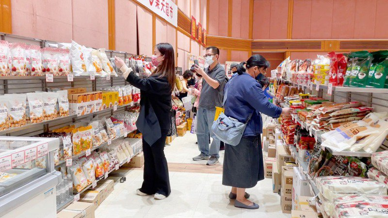Only Price樂天超市品牌專區的近百款人氣零食。圖/SOGO提供