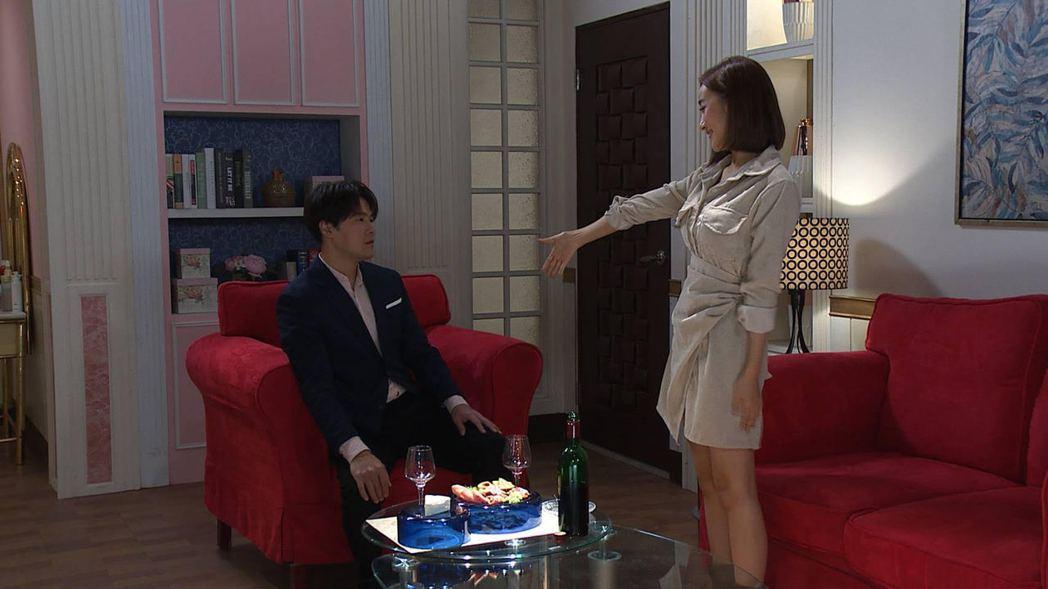 夏宇禾(右)在「多情城市」中邀請黃文星跳舞。圖/民視提供