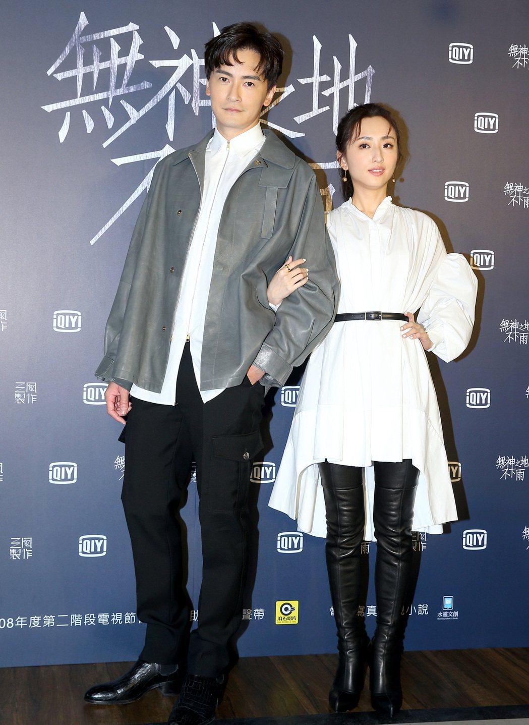 鄭元暢(左)、柯佳嬿友情演出「無神之地不下雨」。記者余承翰/攝影