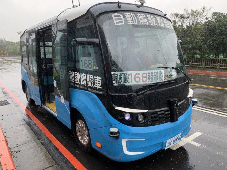 新北「智駕電巴168」首度開放混合車流載客,剎車問題已明顯改善,安全性也高,但時速最多只能到15公里,仍屬偏慢。記者張睿廷/攝影