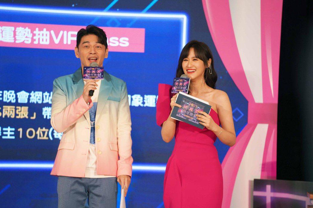 阿Ken(左)和吳姍儒(右)主持桃園跨年晚會。圖/年代提供