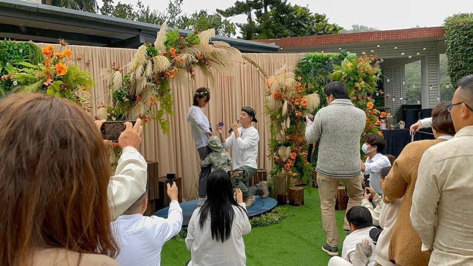 宥勝向老婆再度下跪求婚。圖/摘自臉書