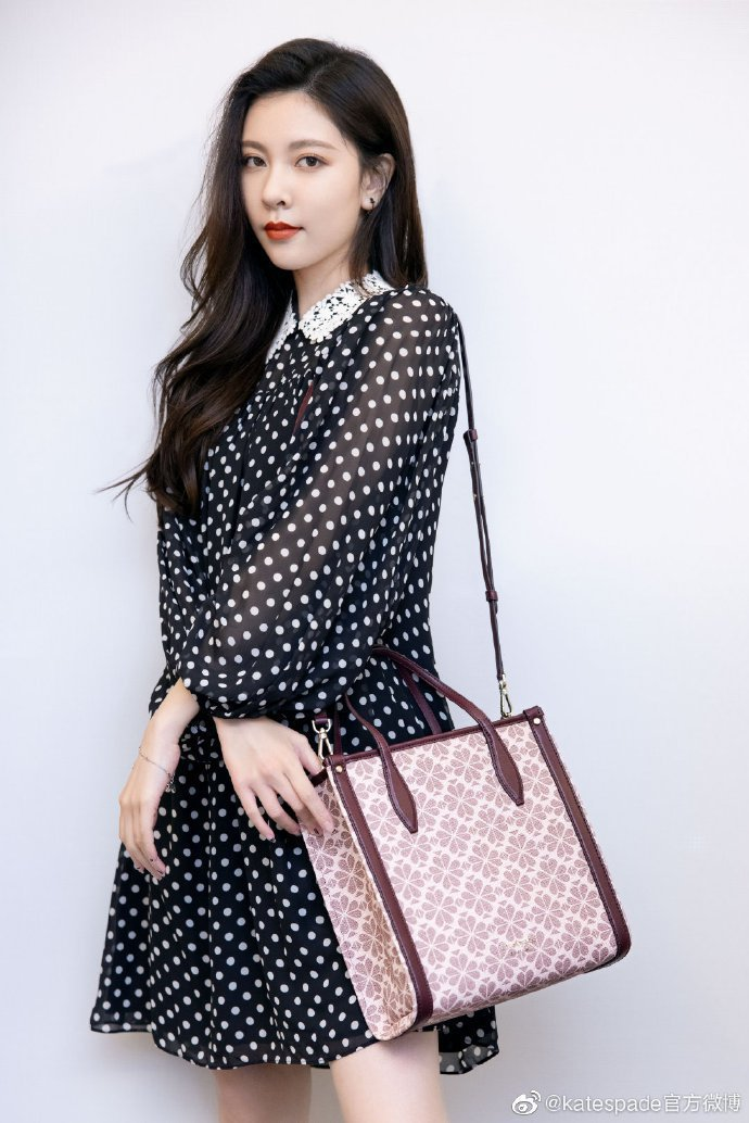 宋妍霏穿kate spade秋冬波點洋裝。圖/取自微博