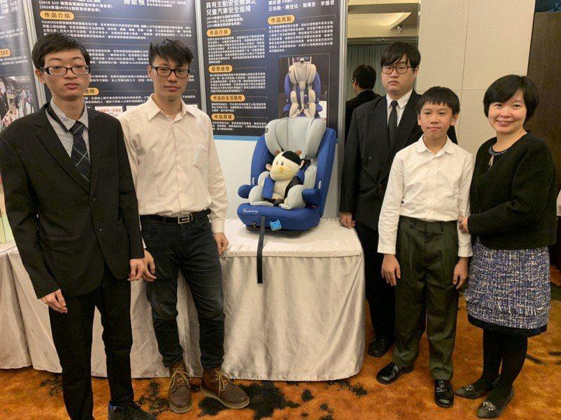 12歲的蔡昕穎(右2)與台北城市科大的學生共同發明「主動安全偵測兒童座椅」。記者張睿廷/攝影