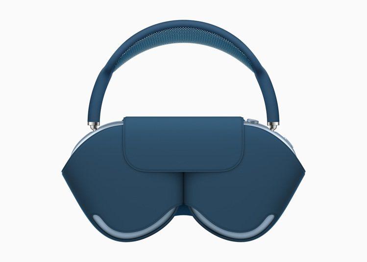 將AirPods Max存放於柔軟、輕巧的聰穎耳機套時會進入超低功耗狀態,協助省...