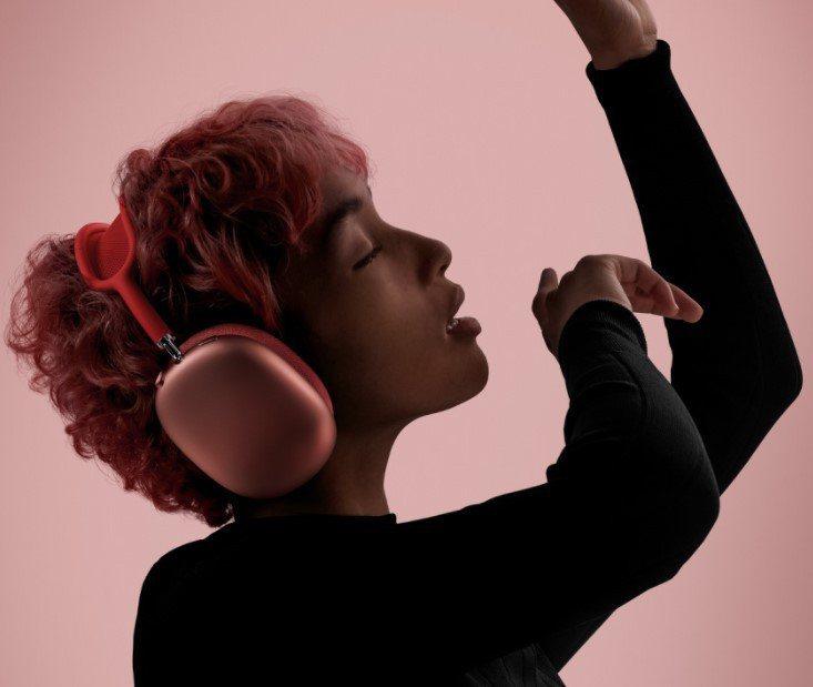 蘋果8日發表首款無線頭戴式耳機AirPods Max。(取自蘋果官網)