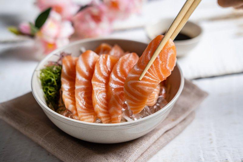 生魚片是經典的日本美食,很多饕客很愛吃,醫生提醒有兩類人「最好別吃生魚片」,以免身體不適。 圖片來源/ingimage
