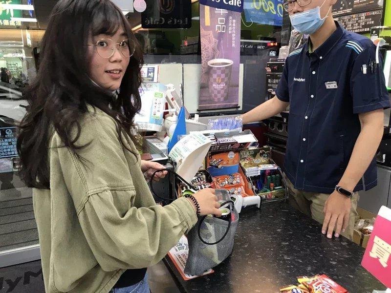 大仁科大將網袋贈送給附近社區的商家,新圍村的全家便利商店,當作愛心袋來使用,提供...