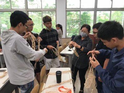 屏東縣府委託大仁科技大學,將漁網回收處理後,做為可再利用的素材,開辦「海洋廢棄物...
