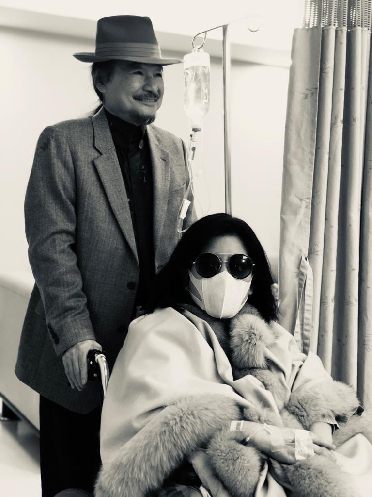 病中的陳文茜與施明德。圖/有鹿出版社提供