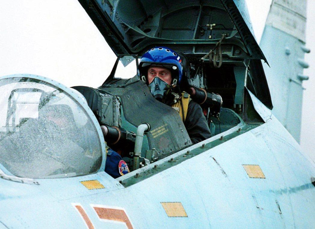 2000年普丁開SU-27往車臣。 圖/美聯社