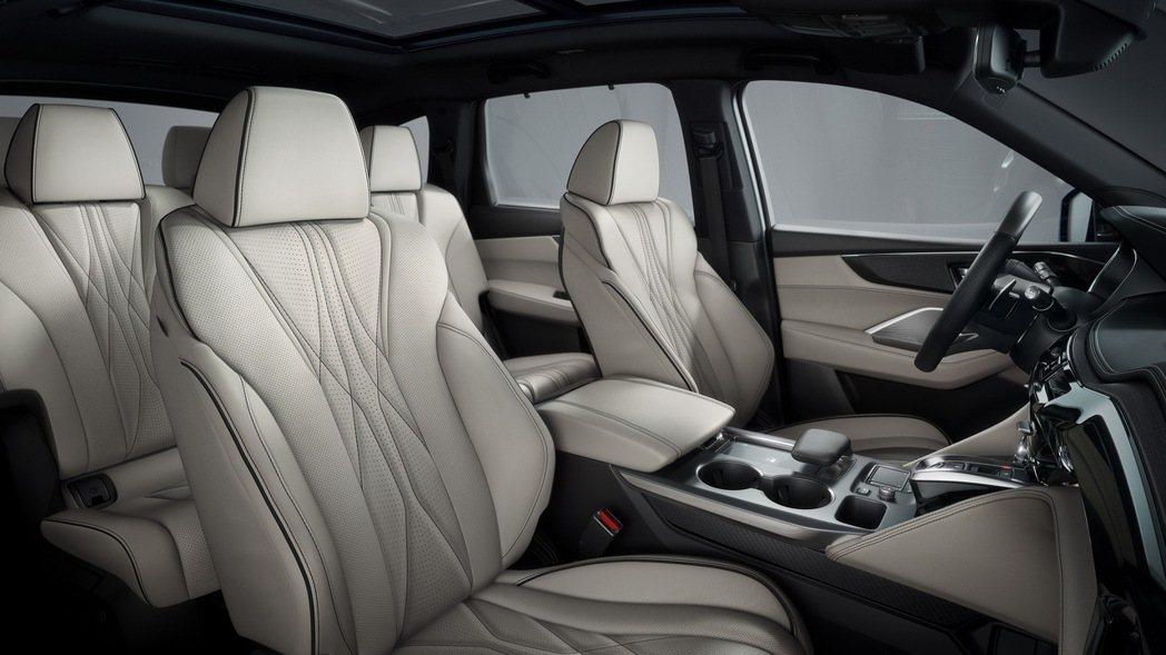 前座方面標配了具有12向調節、三階段座椅加熱以及三組記憶功能的運動化跑車座椅。 ...