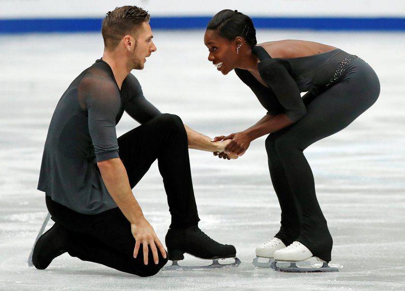 法國滑冰好手西普雷斯(左)與搭檔詹姆絲。 路透