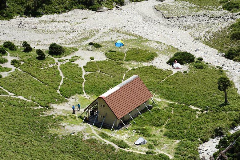 南湖圈谷因壯麗景色成為山友熱門造訪景點,但也因為廁所不敷使用,導致圈谷遍布「地雷」。 圖/聯合報系資料照