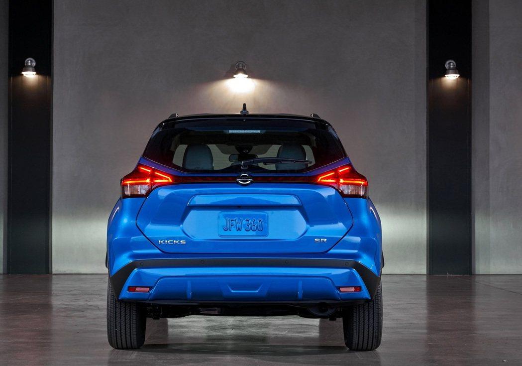 美規Kicks車型尾廂上還有一個燈殼將兩側尾燈連接起來。 圖/Nissan提供