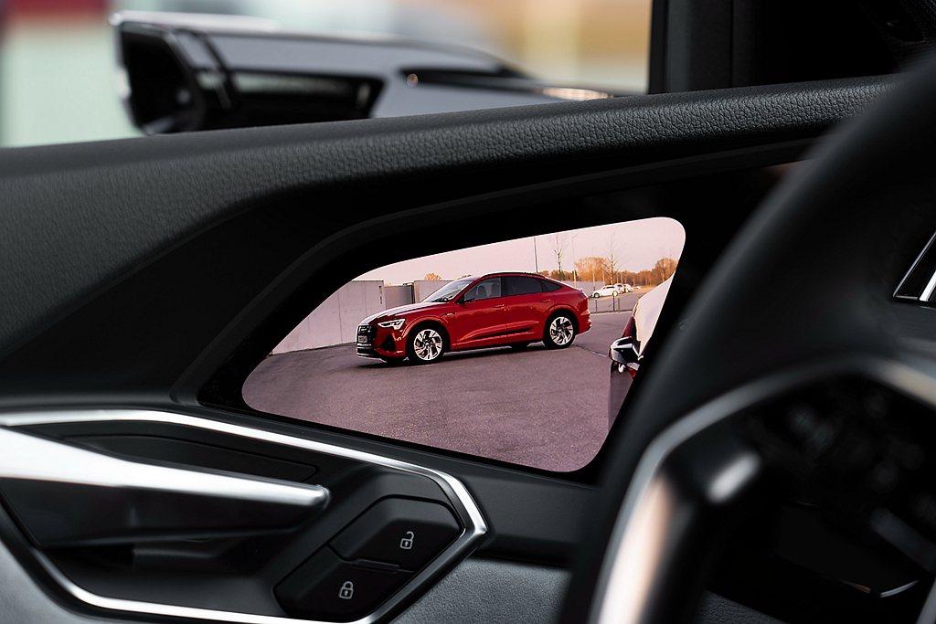 駕駛者透過內車門上的OLED螢幕,直接以多點觸控方式來放大、縮小或調整影像的角度...