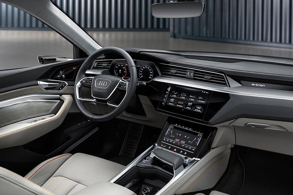 Audi e-tron搭載「12.3吋Audi全數位虛擬駕駛座艙plus」與中控...